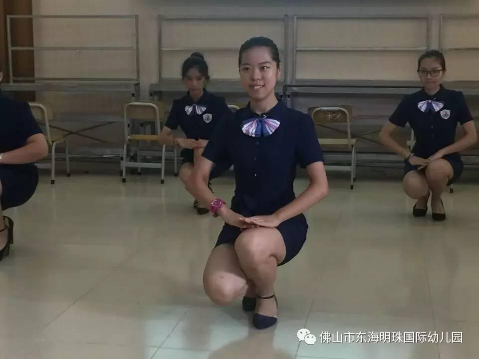 操幼嫰逼5岁_东海明珠(国际)幼儿园教师礼仪操展示