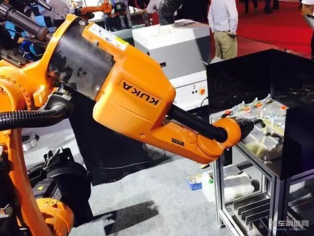 servogun 中的 robospin-kuka 点焊专利技术,通过控制焊接机器人在图片