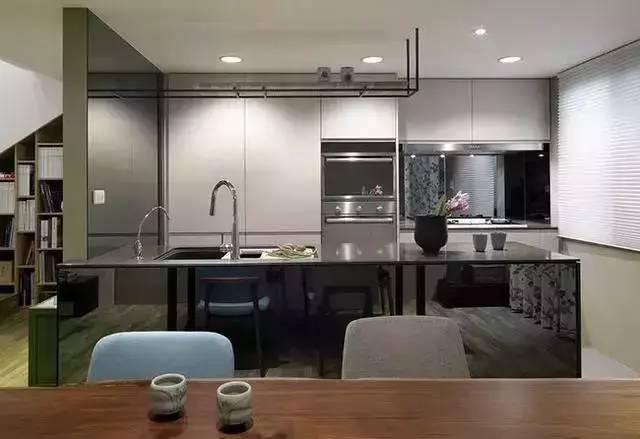 28㎡迷你挑高单身公寓,楼梯书柜的设计超级棒!