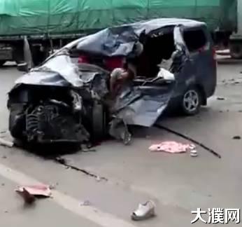濮阳一货车与一轿车相撞,轿车面目全非,惨不忍睹