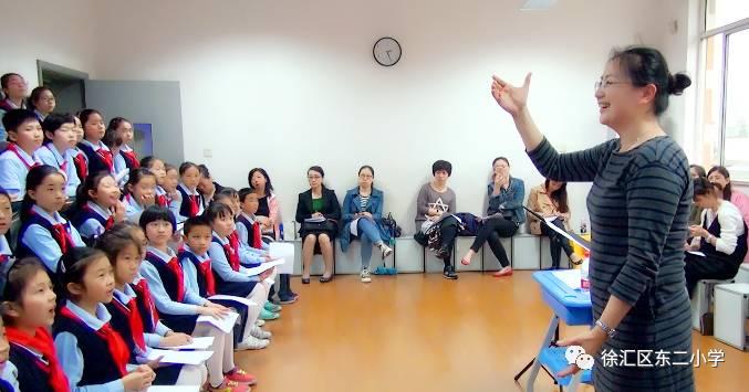《渔歌子》.   上海的地方戏剧的代表曲种——沪剧,也融进了东二小