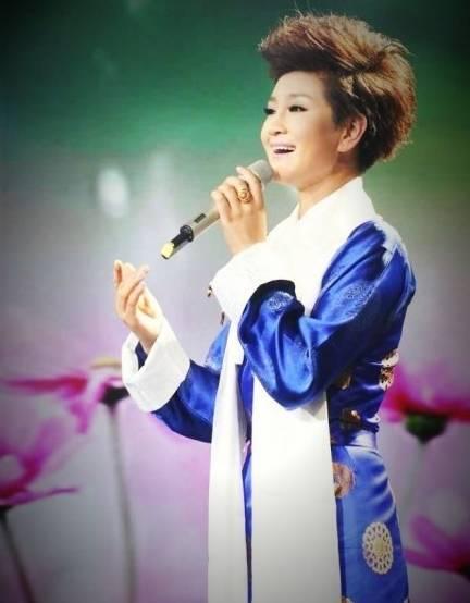 《绒花》是李谷一演唱的歌曲,由 主题曲.   《 乌苏里船歌 》   《草