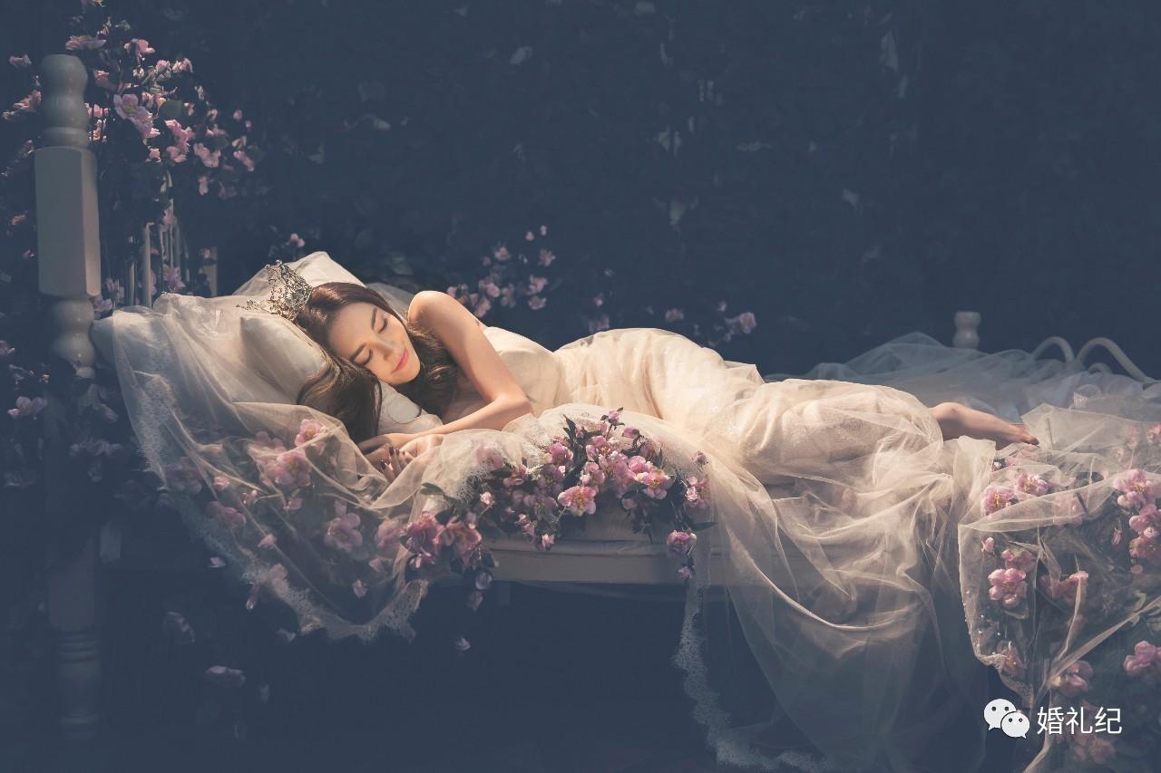 花瓣作为韩式婚纱照的必备小道具,因为它最能制造惊喜.