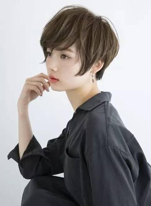 日系个性风—这是一款帅气与干练兼并的中性短发发型,看起来有没有很