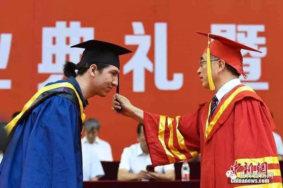 疯传 太原理工大学校长成 网红 ,今天8000多中外毕业生直播和他的合影