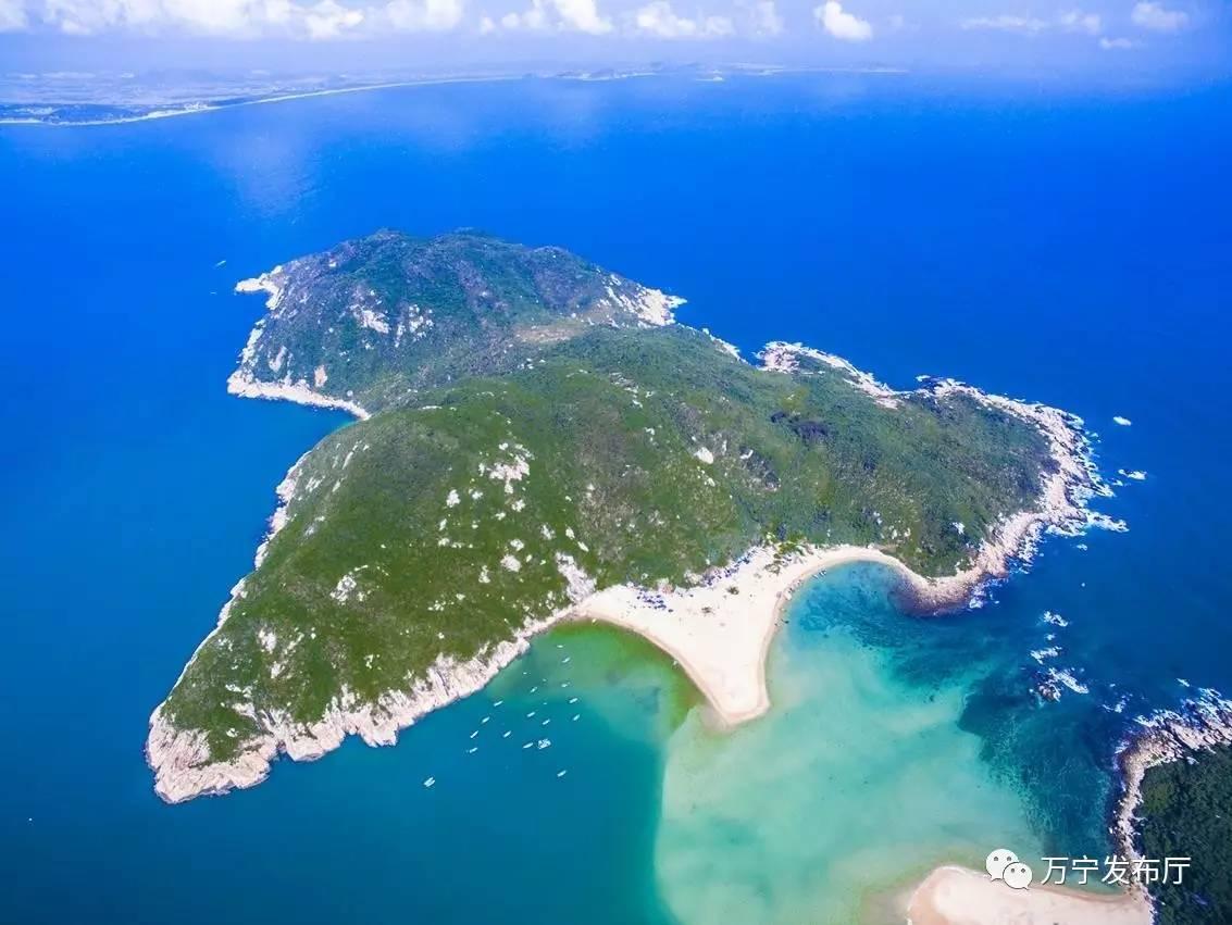 航拍加井岛 李幸璜 摄 以海为依托,打造海上旅游新增长极。万宁海洋资源独树一帜,在其境内109公里的海岸线上自北向南星罗棋布着山钦湾、石梅湾、日月湾等10个风景秀丽的优质海湾,以及大洲岛、洲仔岛、加井岛等5个无人小岛和港北小海、老爷海等2个独特的内海。