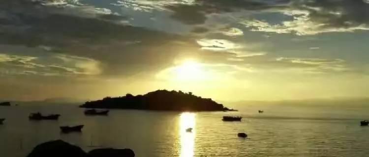 海豚岛,莲台岛,位于广东省江门市台山市赤溪镇田头铜鼓渔塘湾海中.