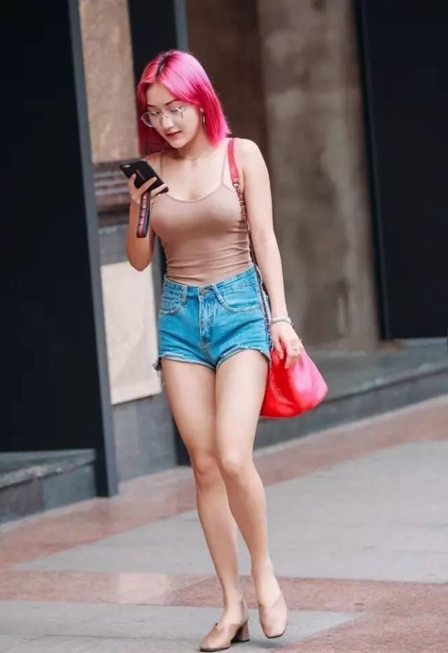 学生嫩逼�_街拍:个性的红发吊带热裤长腿,潮了一逼