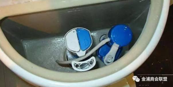 为什么马桶上面有两个冲水按钮 听师傅一说, 之前都按错了