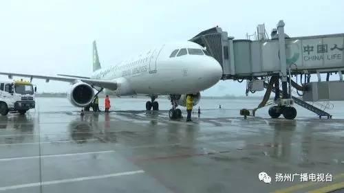 在扬州泰州国际机场,记者看到由扬州开往飞往贵阳的首班飞机已经停靠