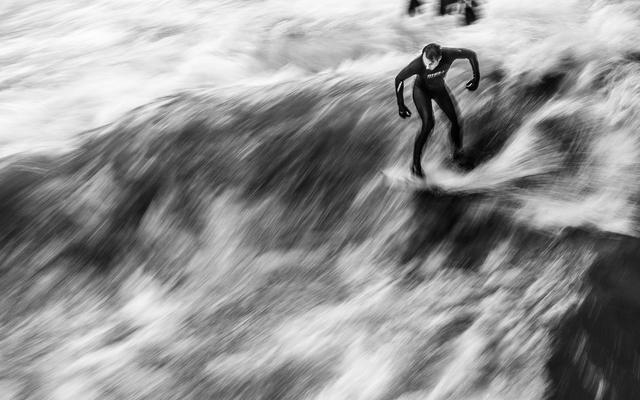 浓郁黑白风拍摄冲浪照片 波涛汹涌惊险刺激
