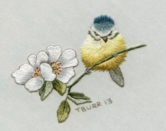 多年来总结出利用长短针交替刺绣而形成自己的风格.