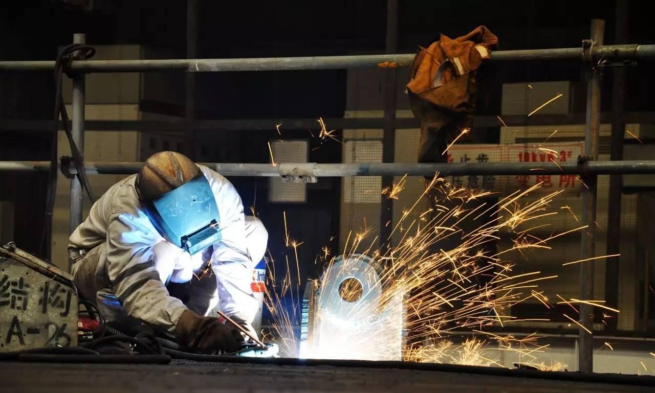 一名电焊师傅在焊接船舶钢结构材料