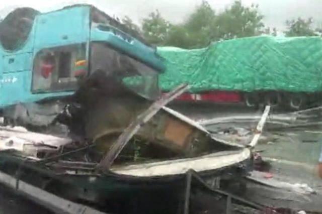 广河高速一客运大巴翻车 车上44人,已致19人遇难