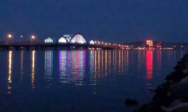 东眺跨海大桥,西望牟平港,南看龙湖,北依养马岛.