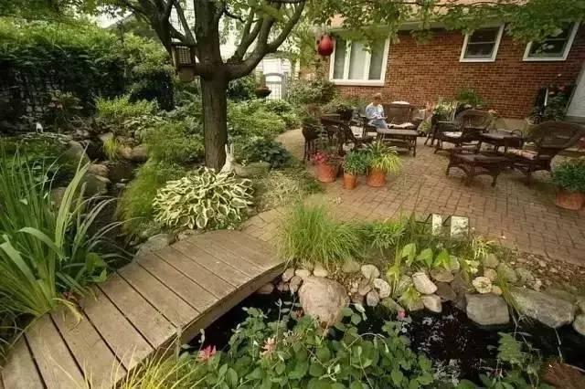 和流水把你的花园变成一个放松的露天娱乐场所,是门口的小型园林景观.图片