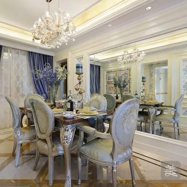 餐厅回归欧式风格,餐桌椅和水晶吊灯都是最好的装饰,大面积的墙镜