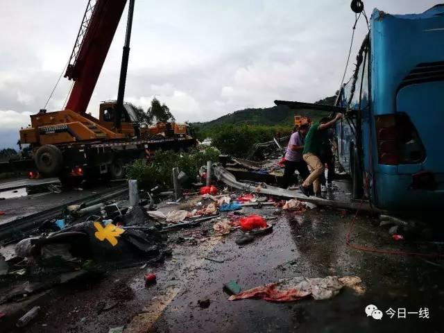 现场 广河高速大巴翻车致多人伤亡,惠州出动直升机救援