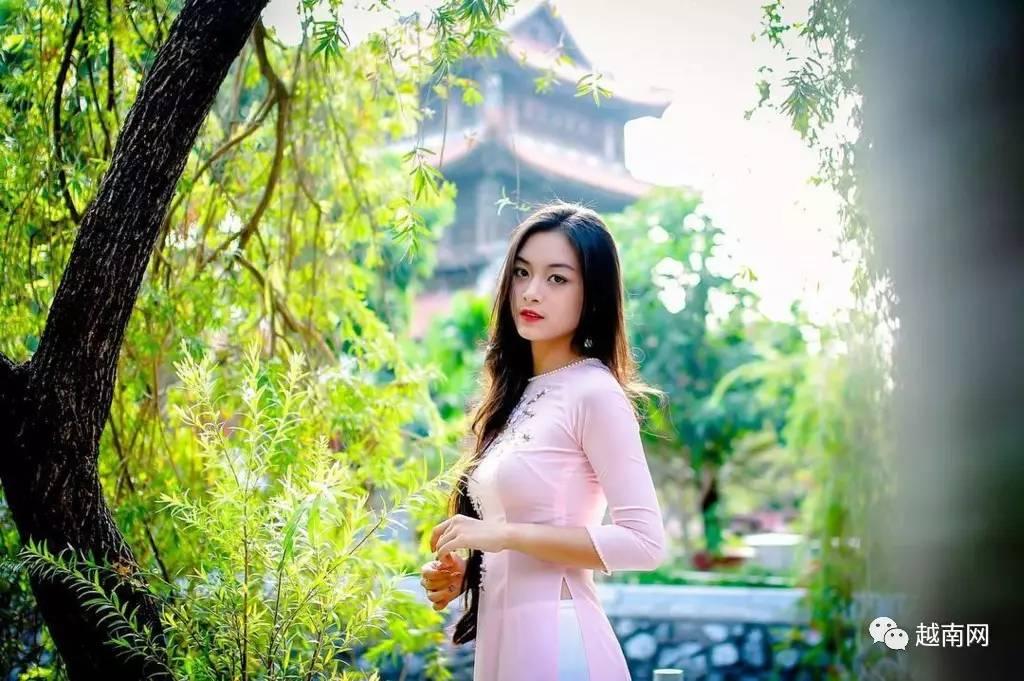 18岁奥黛美女受越南网友盛赞