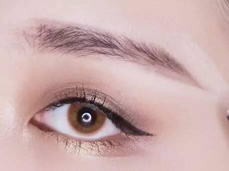 step4:用遮瑕笔将眉毛轮廓的外围提亮,让眉毛看上去更加立体.图片