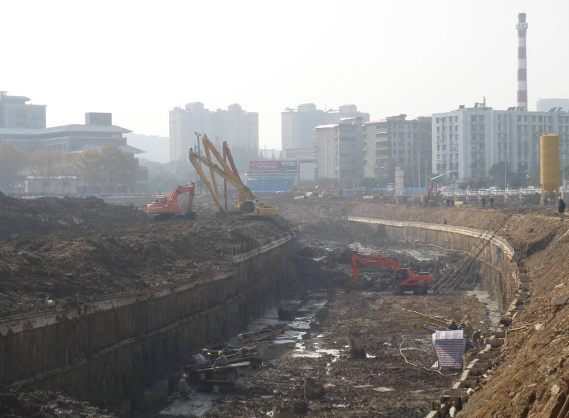 一条地铁的修建,明挖法要经过施工前环境调查、围护结构施工、地基加固、基坑降水、基坑开挖及支撑的施工、内部结构施工和基坑施工监测,再加上前期的规划和施工后的试运行阶段等等,周期需要三到五年以上.图片