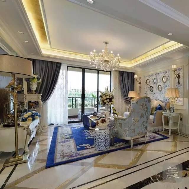 餐厅回归欧式风格,餐桌椅和水晶吊灯都是最好的装饰,大面积的墙镜,扩