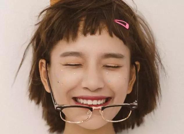 """总之,""""狗啃式刘海""""搭配短发,利落干净,有一种独有的俏皮感,搭配长发图片"""