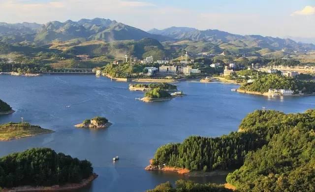 旅游 正文  红枫湖是贵州高原人造湖之最,比北京的十三陵水库大12倍