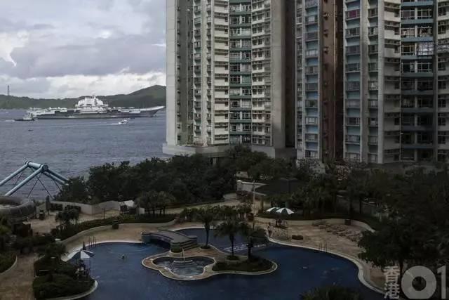 """在""""辽宁""""号航空母舰经过西博寮海峡时,在香港海怡半岛就能清楚的看到"""