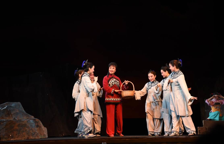 大型现代京剧《党的女儿