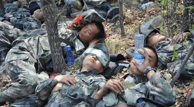 向军人敬礼, 一张图片一个故事, 看完的哭了图片
