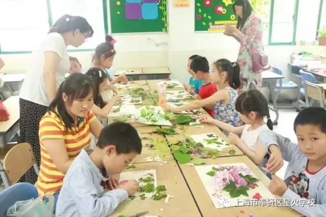 """,魅力自然""""为主题的树叶粘贴画活动.   活动中,队员们在家长和辅"""
