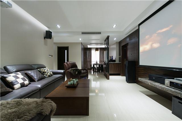 在客厅,没有安装电视机,代替的是投影仪和幕布,这大尺寸的幕布看起来