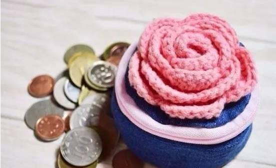 牛仔裤缝制的钱包再加上一朵编织的玫瑰花,美爆了!