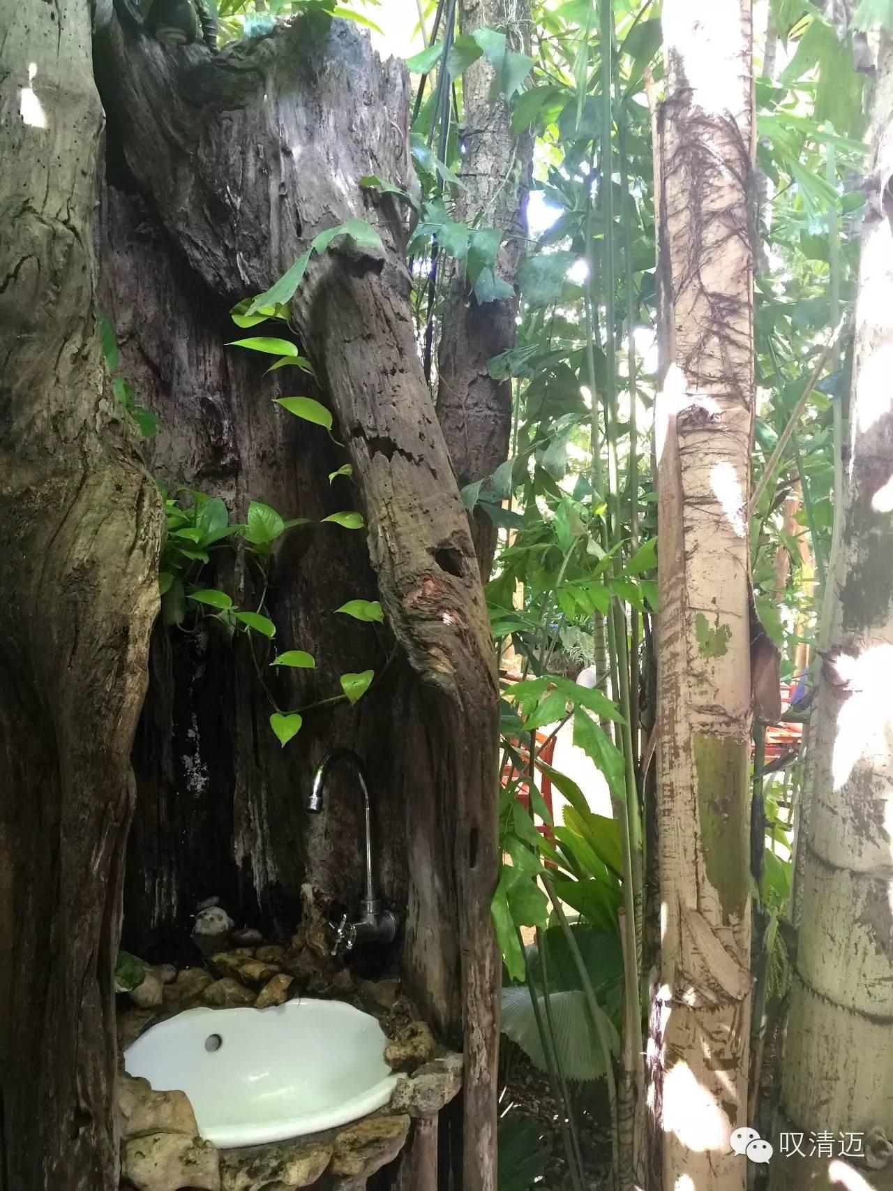 服务台以大树藤蔓支撑,看起来整个餐厅由树木架起,就像在树林中.
