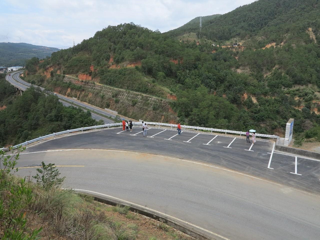 对省道214线大田至平地段道路沿线的24处垮塌的路基、挡墙、1处道路严重损毁断道、5处路堑边坡进行治理,修复及完善排水设施,恢复路基、路面、安防设施。 3、省道216线冷水箐至同德段(K668+050-K690+260)恢复重建工程: