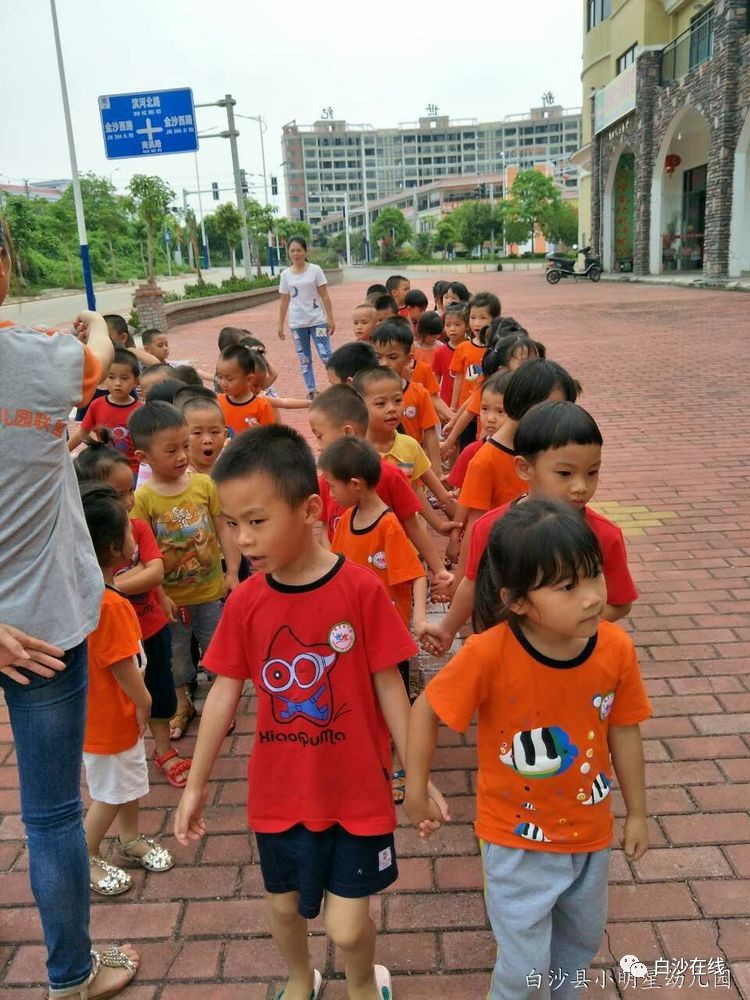 小明星幼儿园正在招生,优惠多多,欢迎家长,小朋友们入园参观,电话咨询