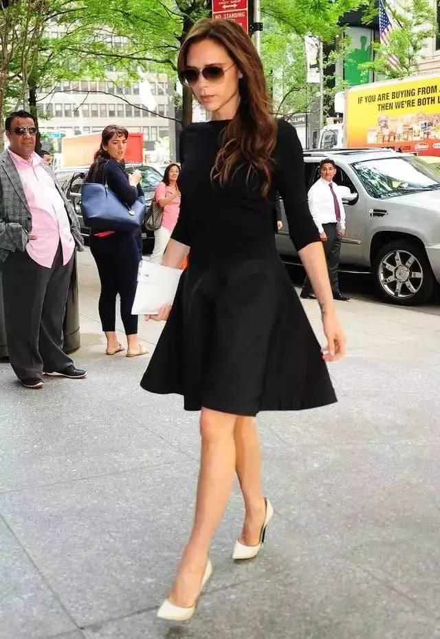 小黑裙怎样穿才优雅?学学这个43岁,身高163的女人!