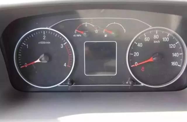 仪表盘采用对称式分布,左右两边为转速表和时速表,表内分散着各类指示图片