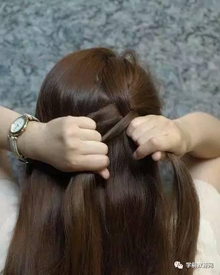 相对来说,蜈蚣辫和蝎子辫对头发长度的要求不是很高,自然梳在脑后的图片