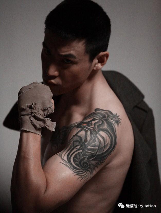 """正文  作为阳光男人典型代表的陆毅胸部有""""爱的纹身"""",""""因为我属兔"""