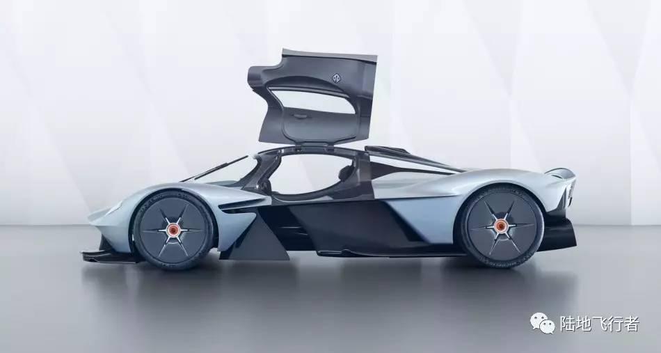 在延续车体采用碳纤维单体结构的轻量化思维下,连新车的头灯都比其余