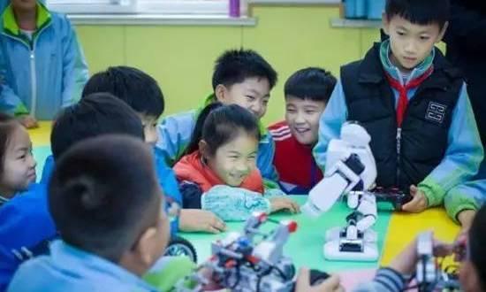 小朋友们还可以一起进行科技实验 本次活动有很多个项目呢 真是让人