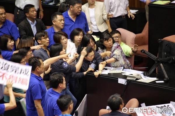 """台湾""""冲突院""""再爆立法黑车,跑车满天飞""""蓝委""""被紧急二手摩托车水球假钞图片"""