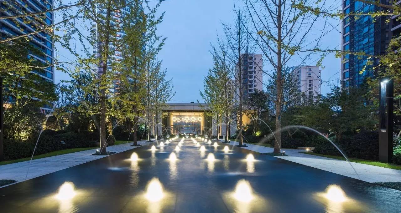 中央庭院:中央庭院布局上延续小区入口大堂的轴线,设计喷泉水景轴线图片