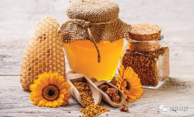 那就是在埃及金字塔中曾经发现过三千多年前存放蜂蜜,它在发现时依然