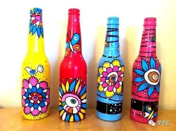 酒瓶类的玻璃瓶子,表面光滑,一般颜料很难附着在上面,所以我们用丙烯