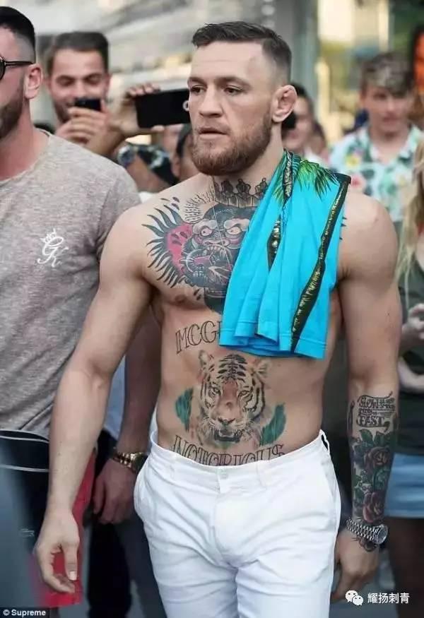 身高 175 公分的康纳麦格雷展现了他身上标志性的纹身,身为格斗界知