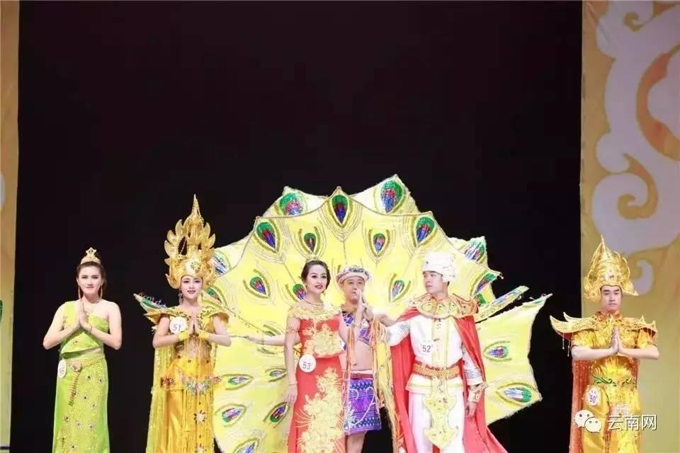 图为傣族传统服饰和架子孔雀服饰,在重要节日这架子孔雀服饰和孔雀舞