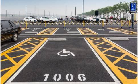 无障碍停车位的位置基本靠近出口,在车位上方有无障碍停车位的牌子,上